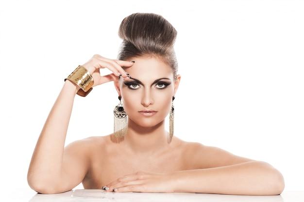 Красивая молодая женщина с вечерним макияжем Бесплатные Фотографии