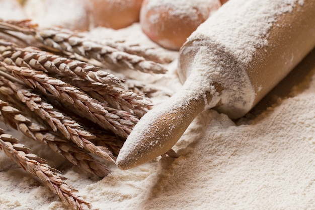小麦粉の麺棒と卵 無料写真