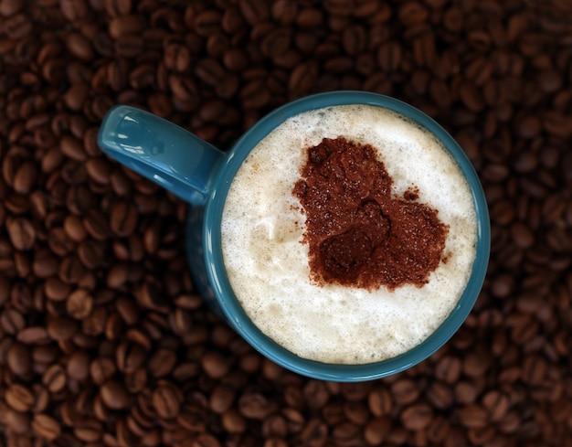 真ん中にマグカップとコーヒー豆 無料写真