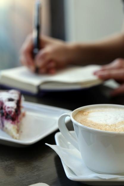 Кофейная чашка на столе Бесплатные Фотографии
