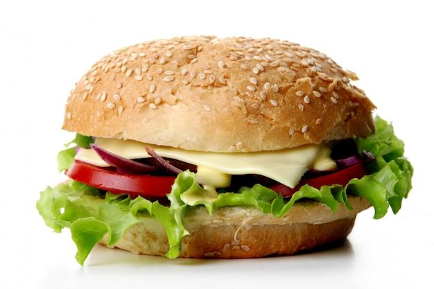 サラダと玉ねぎ入りの新鮮なハンバーガー 無料写真