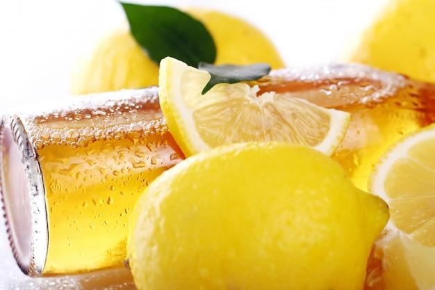 新鮮なレモンと冷たいビールのボトル 無料写真