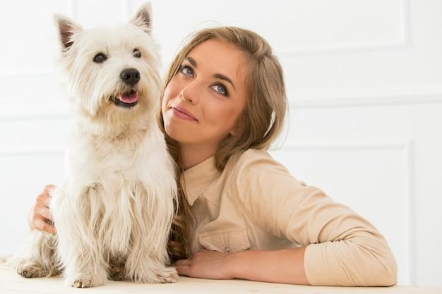 Красивая девушка с собакой Бесплатные Фотографии