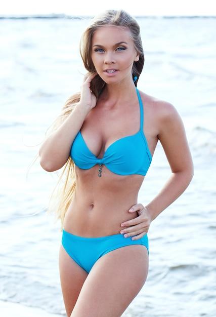 ビーチで熱い女の子 無料写真
