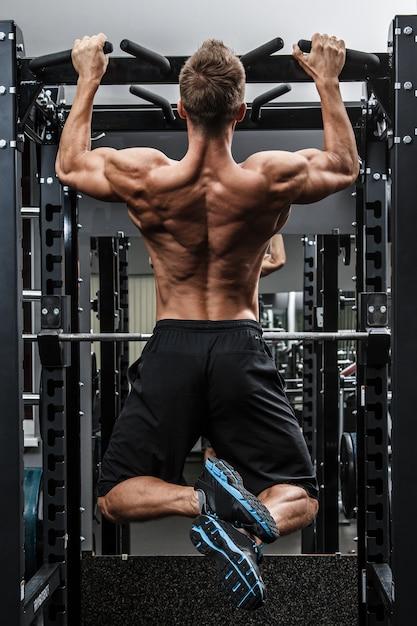 彼の背中をトレーニング筋肉の男 Premium写真