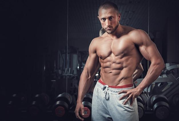 若い筋肉男 Premium写真