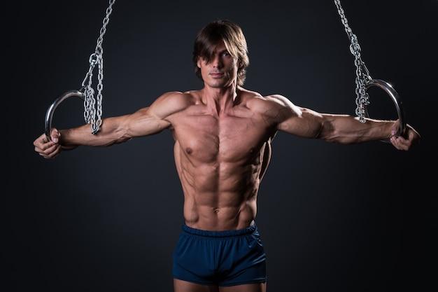 リングの強い体操男 Premium写真