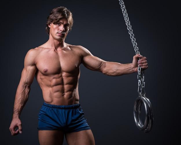 筋肉男と金属リング Premium写真
