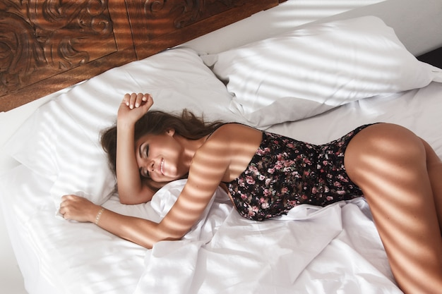 ベッドに横たわっているセクシーな女性 Premium写真