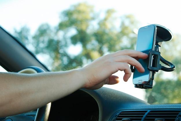 男性の手とスマートフォン Premium写真