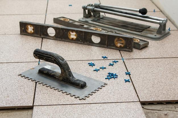 床タイルの設置 Premium写真