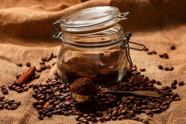 Жареный кофе в зернах и совок с молотым кофе Premium Фотографии