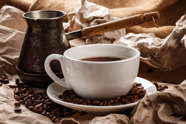 Кофейная чашка и турка для кофе по-турецки Premium Фотографии
