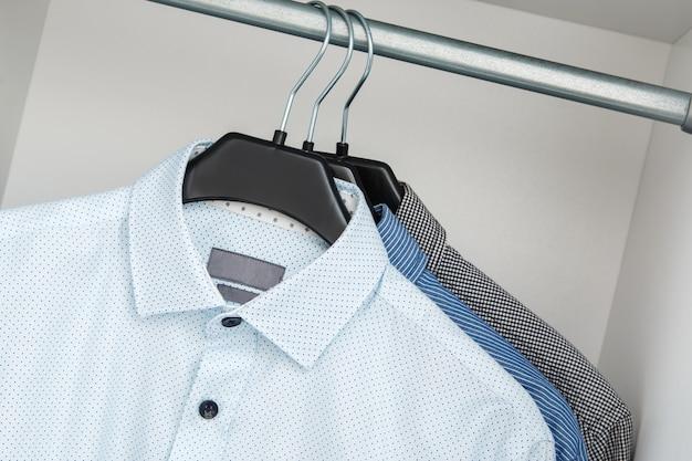 クローゼットの中に別のシャツ Premium写真