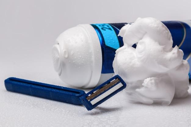 Бритвы и пена для бритья Premium Фотографии