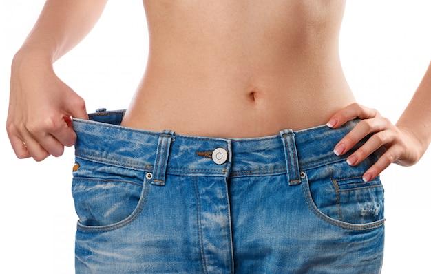 減量後の彼女の進歩を示す女性 Premium写真