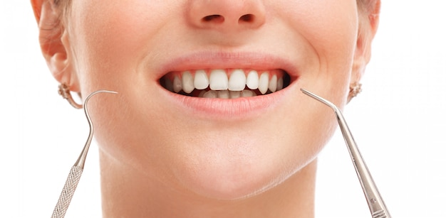 白い歯を持つ女性の口 Premium写真