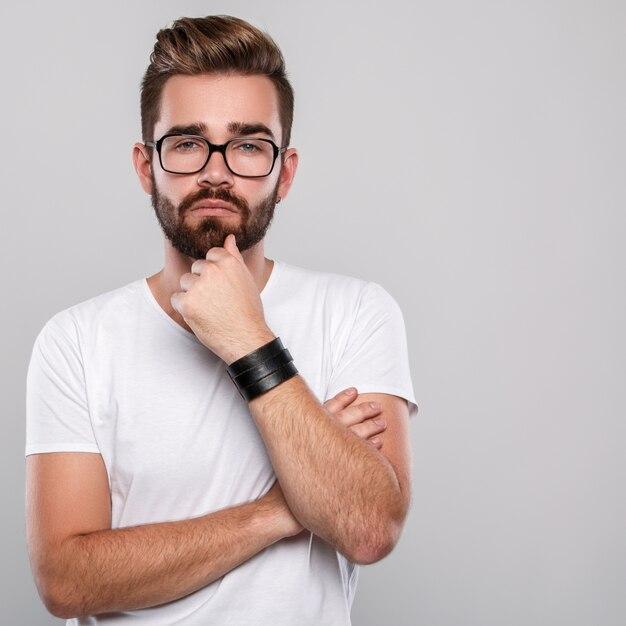 眼鏡のスタイリッシュな男 Premium写真