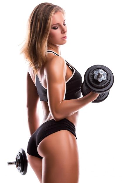 ダンベルを持つ強力なフィットネス女性 Premium写真