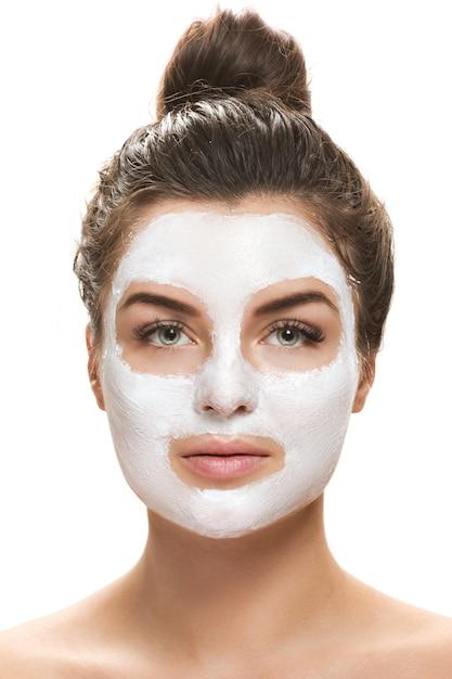 顔のマスクを持つ美しい女性 Premium写真
