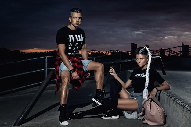 スケートパークでスタイリッシュなカップル Premium写真
