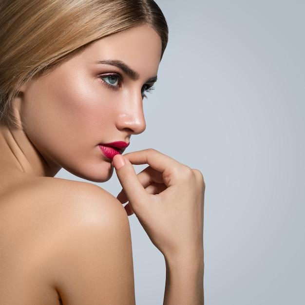 赤い唇と美しいブロンドの女性 Premium写真