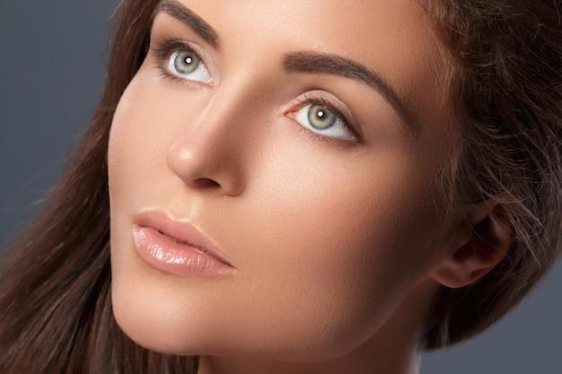 Красивая женщина с идеальной формой бровей и обнаженным макияжем Premium Фотографии