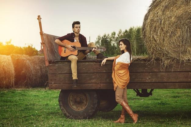 Молодая милая пара в деревне Premium Фотографии