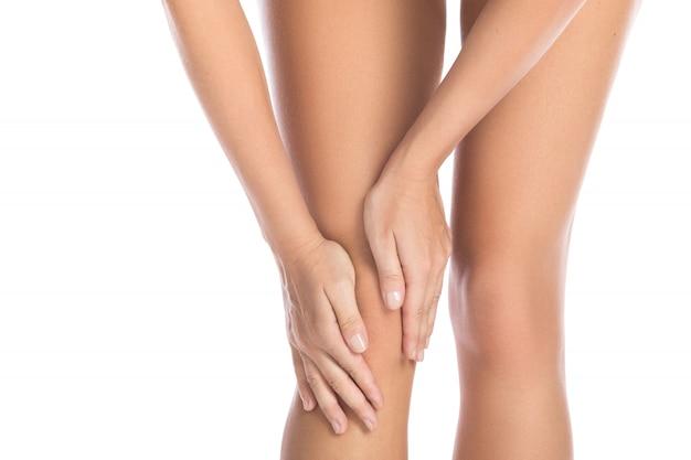 彼女の膝の痛みを持つ女性 Premium写真