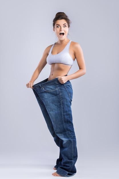 Счастливая женщина после похудения Premium Фотографии
