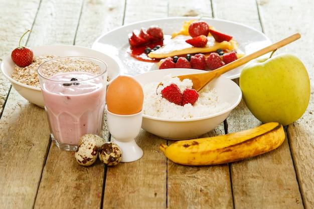 Здоровый завтрак на деревянном столе Premium Фотографии
