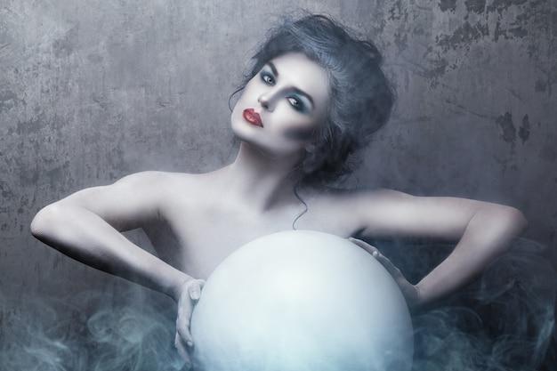 Женщина с креативным макияжем и боди-артом Premium Фотографии