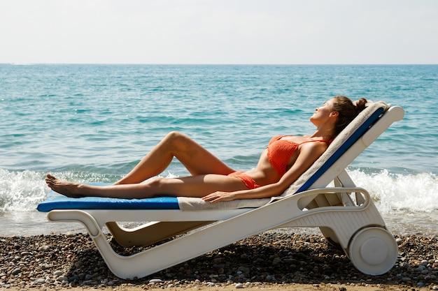 Красивая женщина лежит на солярии Premium Фотографии
