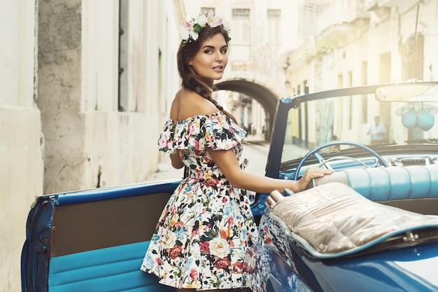 美しい女性とレトロな車 Premium写真