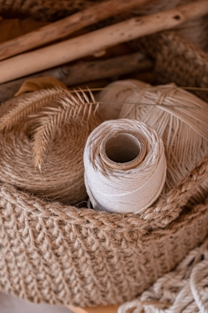 かせのマクラメ、綿および麻ロープ。かぎ針編み、ジュートで作られたバスケットの手工芸品のネット Premium写真