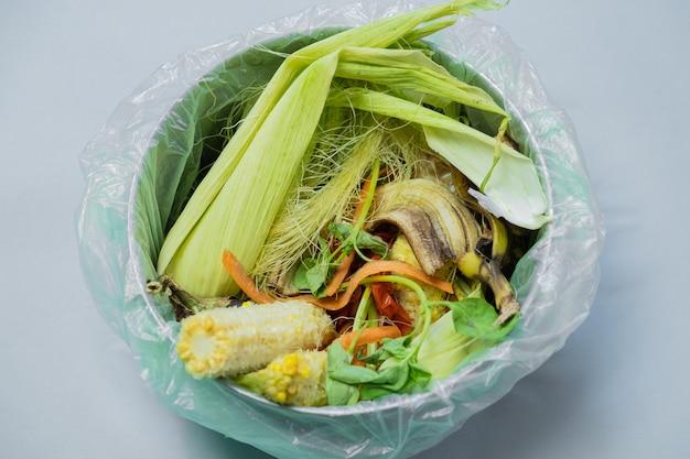 Отходы натуральных продуктов в ведре, снятом сверху. Premium Фотографии
