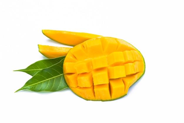 Желтый кусочек манго, нарезанный кубиками Premium Фотографии