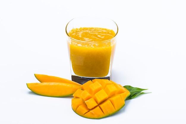 Сок манго с ломтиком и изолированные листья Premium Фотографии