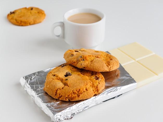 コーヒー、ミルク、クッキー、ホワイトチョコレート Premium写真