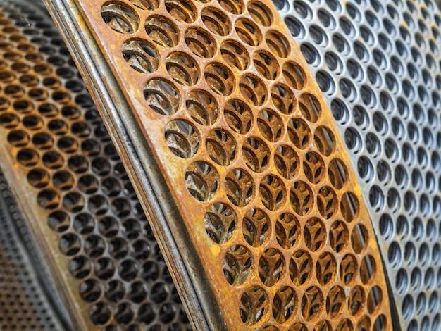 コンクリート補強用の金属コイル。石積みブロックとレンガ用の穴付きプレート Premium写真
