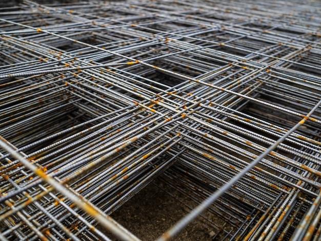 コンクリート用の金属メッシュ。コンクリート床ベース用の補強メッシュ Premium写真