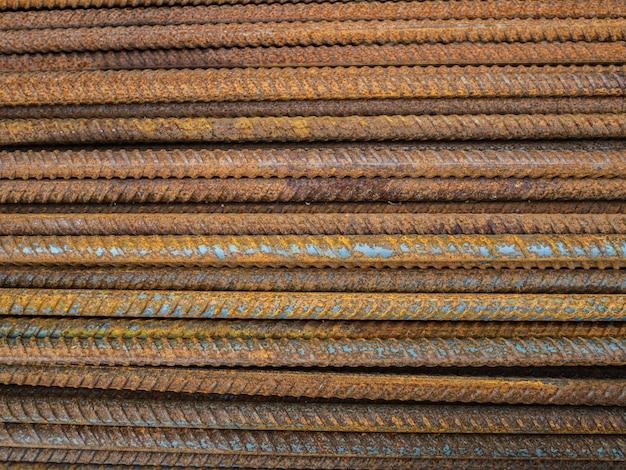多数のフィッティング。建設用さびた鉄の棒。コンクリート構造物の補強 Premium写真