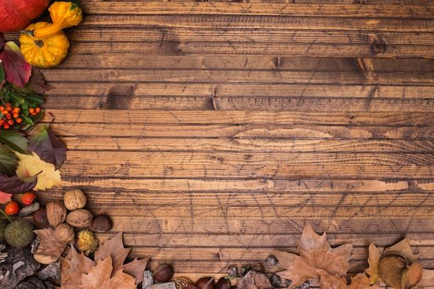 木材の背景の紅葉の木製フレーム Premium写真