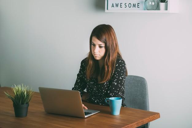 彼女のコンピューターを見て美しい女性 Premium写真