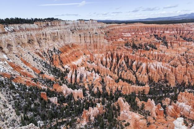 ブライスキャニオン、米国のオレンジ岩高屋の層 Premium写真