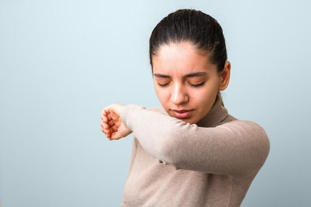 Зараженная женщина с лихорадкой и головной болью, чихая и кашляя Premium Фотографии