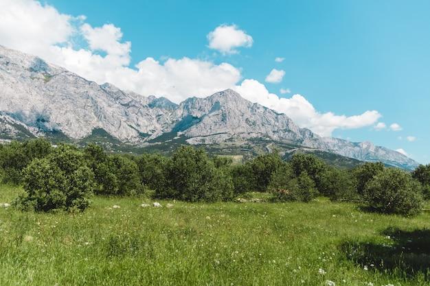 Горы в хорватии днем без туристов Premium Фотографии