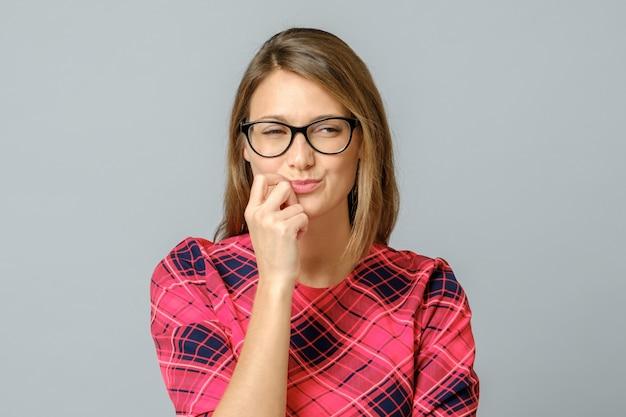 分離されたメガネでクレイジー探して陰険な女性 Premium写真