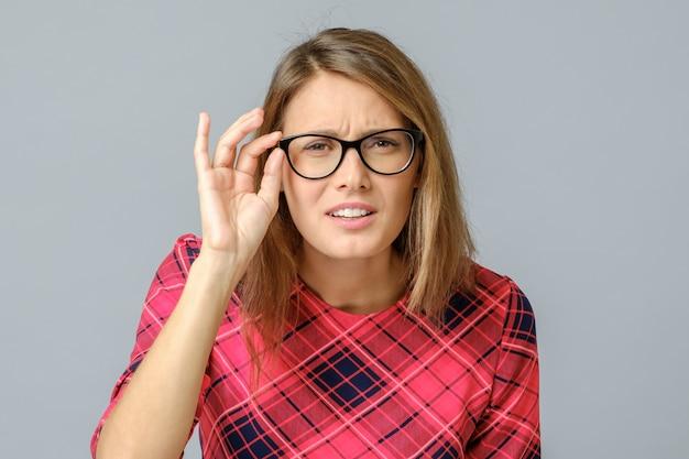 視力の悪い集中した美しい女性の肖像画 Premium写真