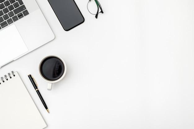 ホームオフィスのカラーデスク上のワークスペース Premium写真